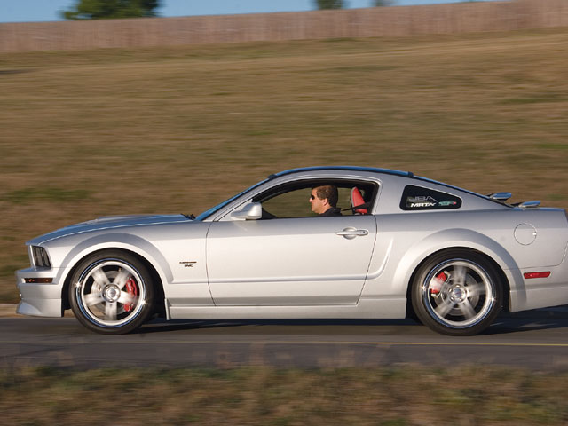 2005 Ford Mustang Svc Sideview Road