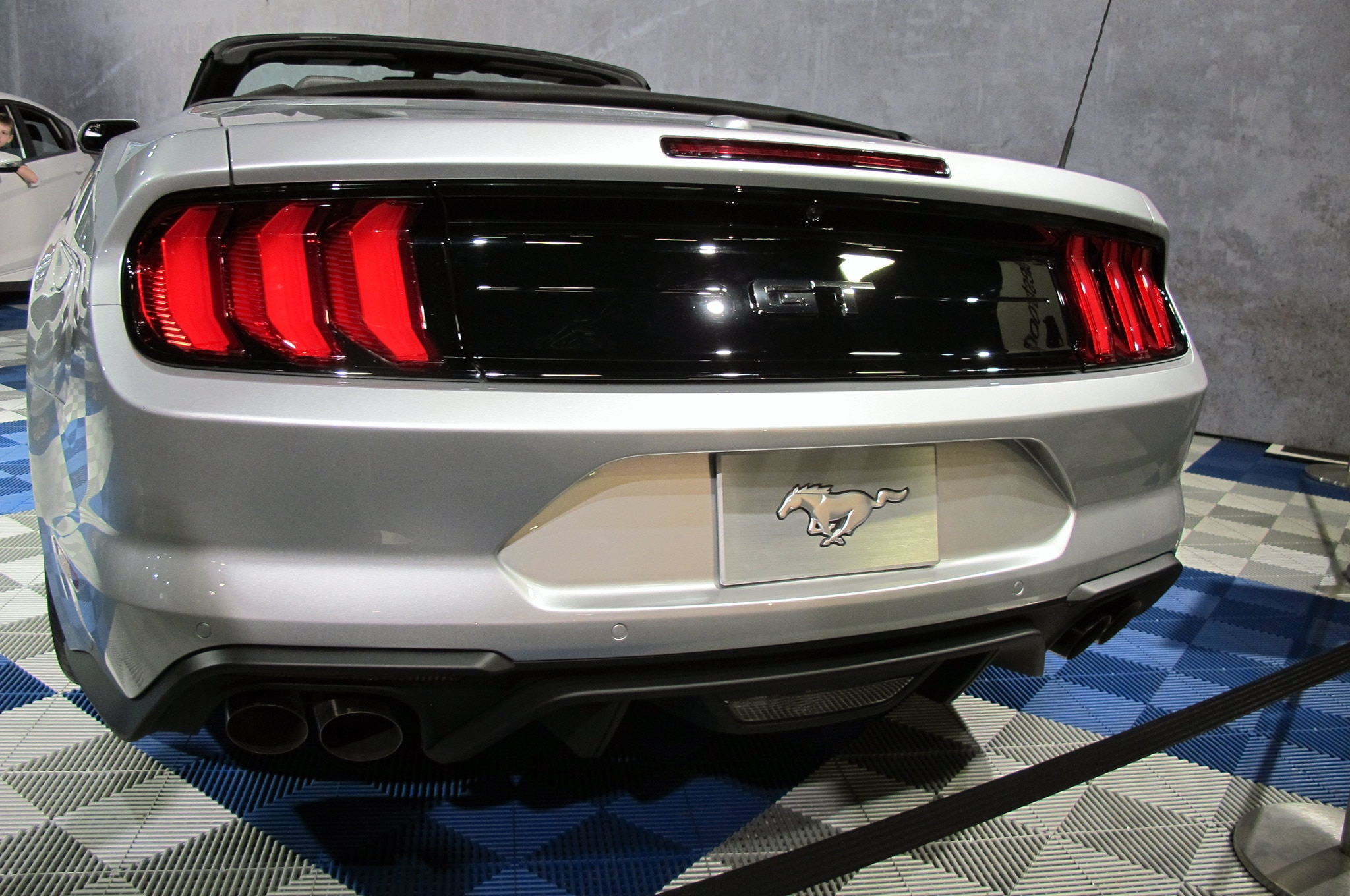 2018 Mustang Convertible Taillight Panel 002