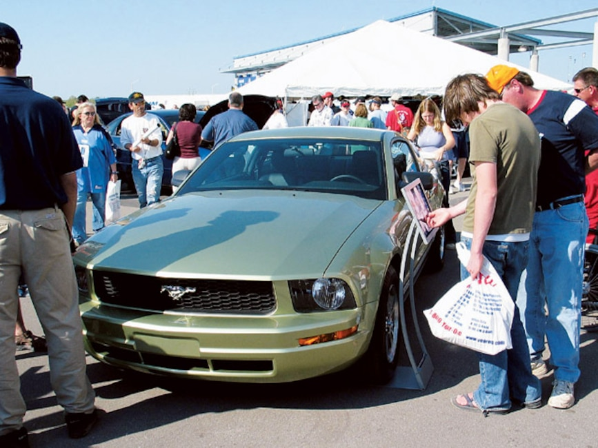 0408mm_46z 2005_Ford_Mustang Front_View_With_Crowd