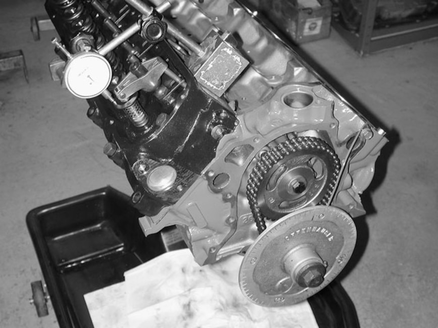Mump_0404_1_z Ford_289_small_block Checking_piston_to_valve_clearance